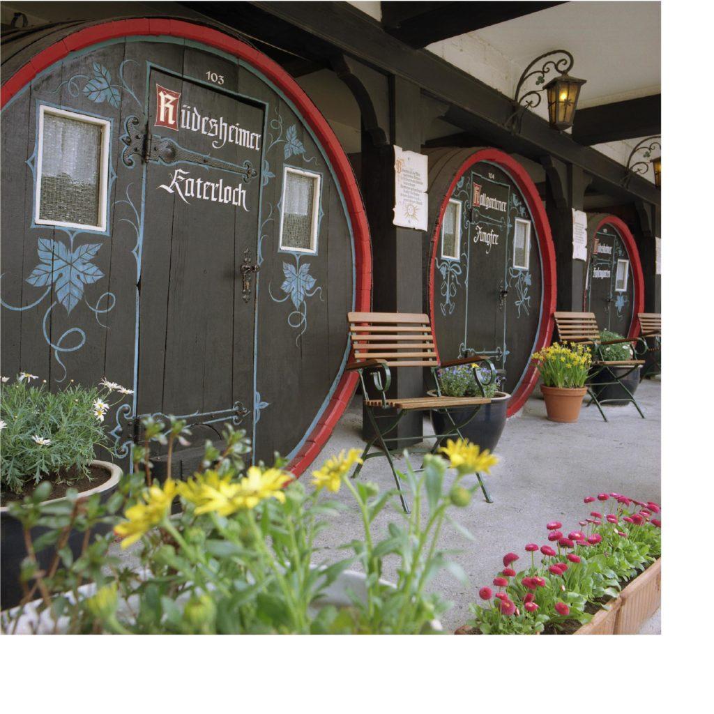 Hobbit-Haus, Weinfass oder Wand an Wand mit Fledermäusen - Global ...