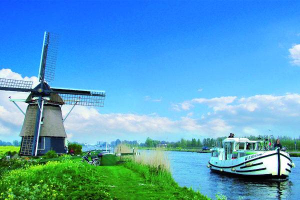 Locaboat vor Windmühle