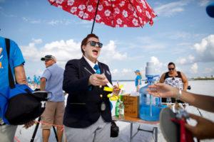 Guinness World Record Schiedsrichterin verteilt Marken am Fort Myers Beach