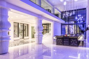 Violett beleuchtete Bar im Abaton Island Resort & Spa