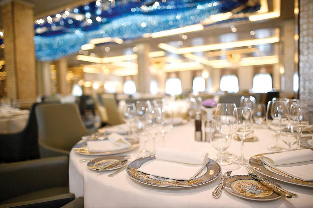 Tisch mit Versace-Tellern im Restaurant Compass Rose