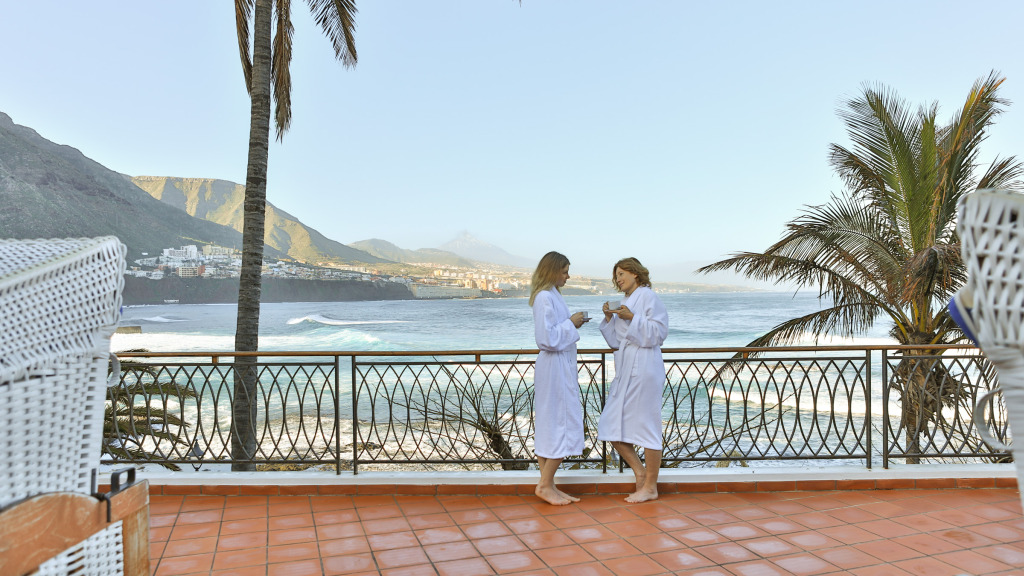Frauen im Bademantel auf Teneriffa