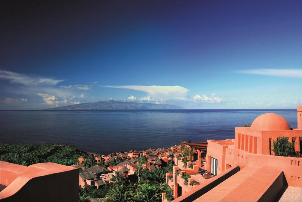Die rote Anlage des Ritz-Carlton, Abama mit Blick über den Atlantik bis zur Nachbarinsel La Gomera