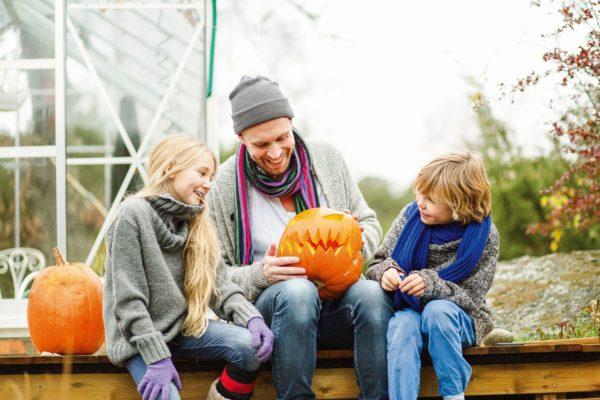 Kinder und Kürbis Halloween