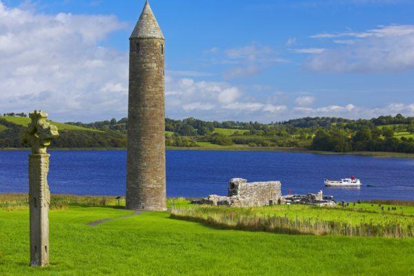 Kloster Clonmacnoise, Irland, im Hintergrund Hausboot © Locaboat Holidays