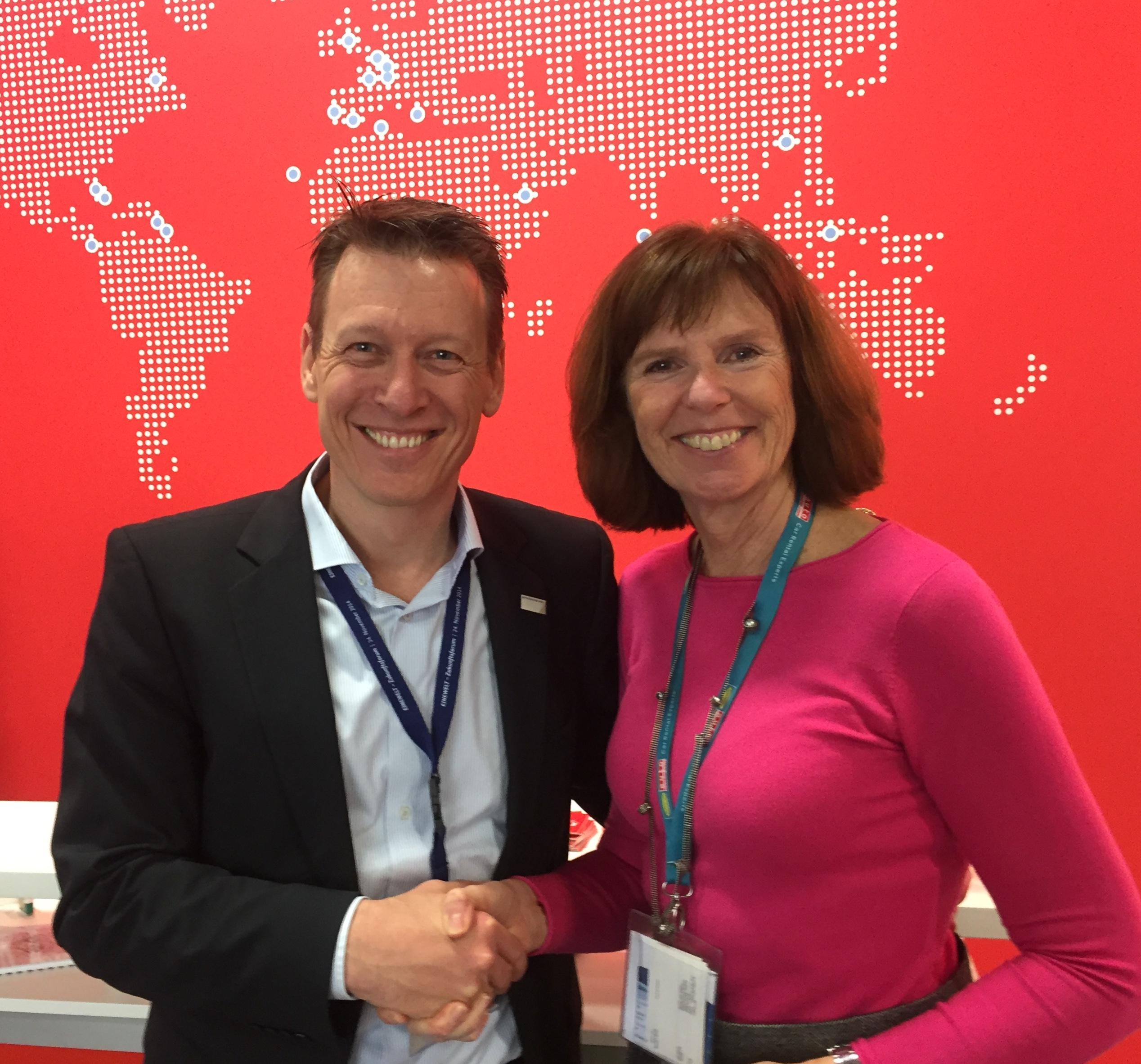 Prof. Dr. Harald Zeiss und Dorothea Hohn besiegeln die Zusammenarbeit von Futouris und GCE, Nachhaltigkeitsinitiative